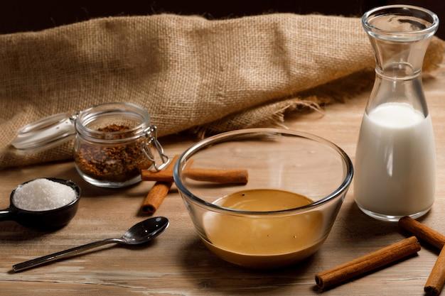 Gotowanie Krok Po Kroku Koreańskiej Kawy Dalgona. Bicie Kawy, Wody I Cukru. Premium Zdjęcia