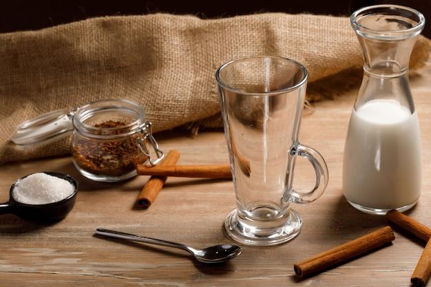 Gotowanie Krok Po Kroku Koreańskiej Kawy Dalgona. Wlać Pierwszą Warstwę Mleka I Lodu. Premium Zdjęcia
