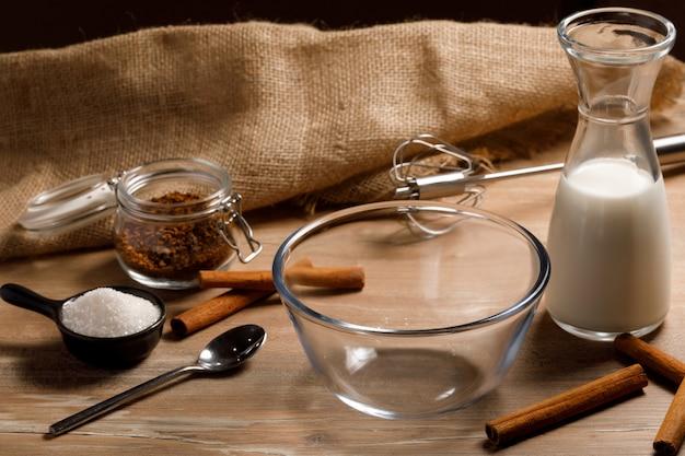 Gotowanie Krok Po Kroku Koreańskiej Kawy Dalgona. Zestaw Produktów: Kawa Rozpuszczalna, Mleko, Woda, Cukier. Premium Zdjęcia