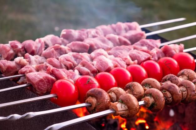 Gotowanie Mięsa I Warzyw Na Szaszłykach Premium Zdjęcia
