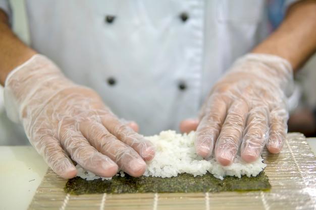 Gotowanie Sushi W Restauracji. Ręce Z Bliska. Premium Zdjęcia
