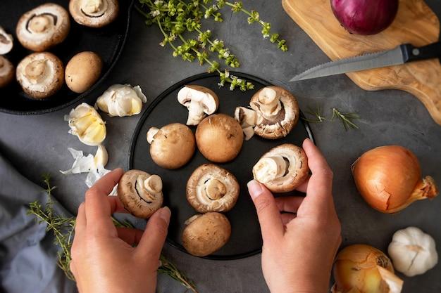 Gotowanie Zdrowej żywności. Ręce, Trzymając Pieczarki, Widok Z Góry. Premium Zdjęcia