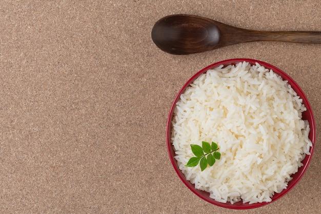 Gotowany Ryż W Czerwonej Filiżance Umieszczonej Na Sklejki. Darmowe Zdjęcia