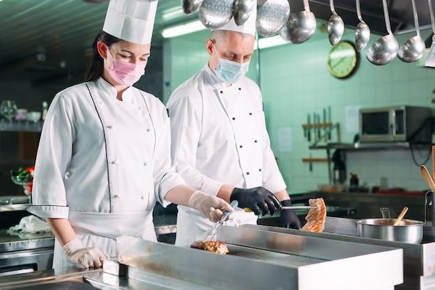 Gotuje Pieczone Mięso Na Kuchence W Kuchni Restauracji Lub Hotelu. Premium Zdjęcia
