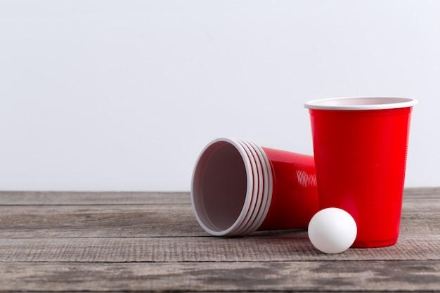 Gra beer pong na drewnianym stole Premium Zdjęcia