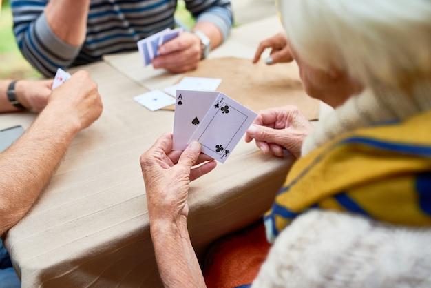 Gra W Pokera Z Przyjaciółmi Premium Zdjęcia