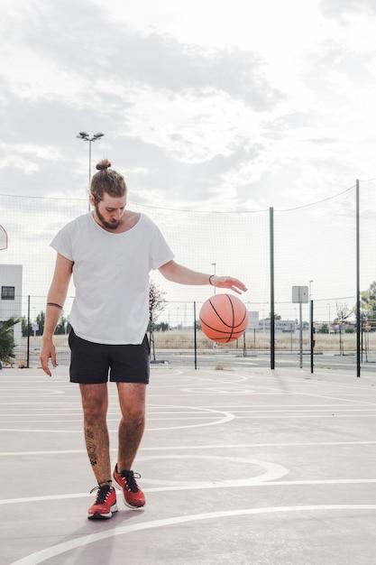 Gracz drybling koszykówkę w sądzie Darmowe Zdjęcia