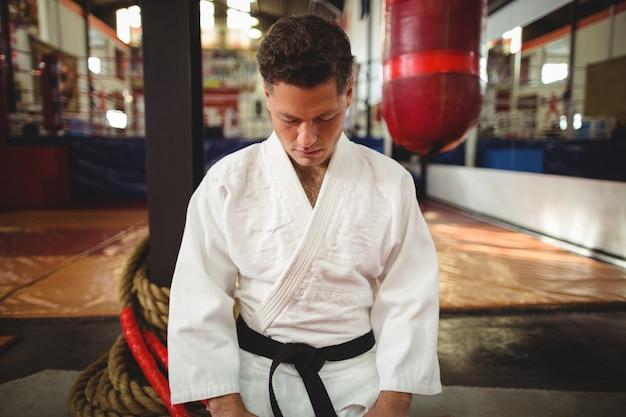 Gracz Karate Siedzi W Pozycji Seiza Premium Zdjęcia