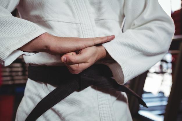 Gracz Karate Wykonujący Postawę Karate Darmowe Zdjęcia
