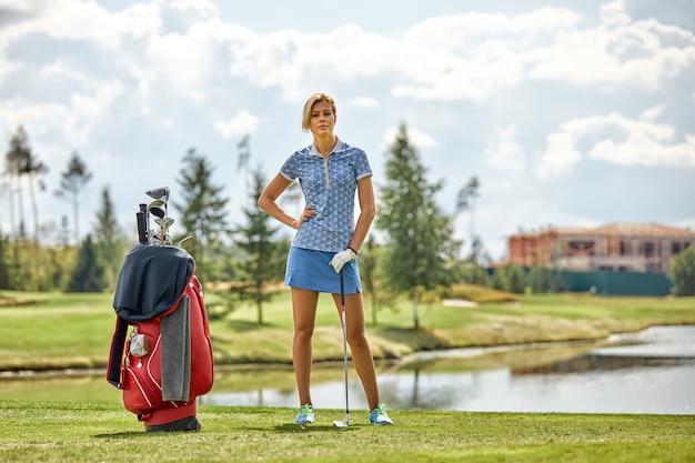 Gracz W Golfa Przygotowuje Się Do Uderzenia Piłki Premium Zdjęcia