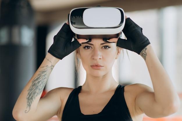 Gracz W Okularach Rzeczywistości Rozszerzonej, Stojący W Boksie, Grając W Aplikację Mobilną Na Symulatorze Gier Premium Zdjęcia