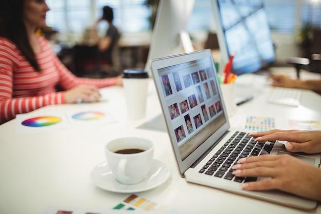 Graficy pracujący przy biurku Darmowe Zdjęcia