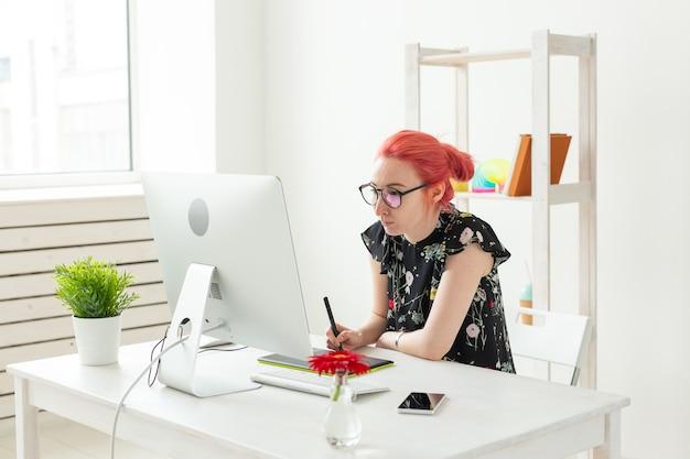 Grafik, Animator I Ilustrator Koncepcja - Młoda Kobieta Z Rudymi Włosami Pracuje Na Laptopie. Premium Zdjęcia