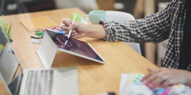 Grafik piszący swoje pomysły na tablecie Premium Zdjęcia