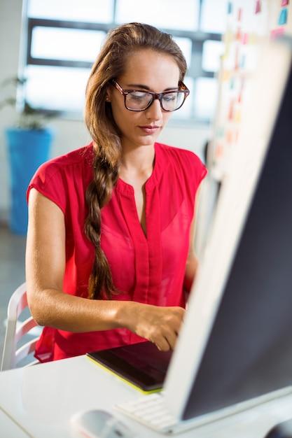 Grafik Pracujący Na Komputerze Premium Zdjęcia