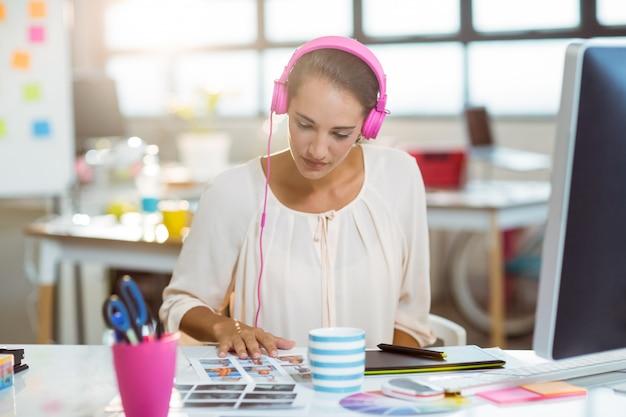 Grafik Słuchający Muzyki I Oglądający Próbkę Koloru Premium Zdjęcia