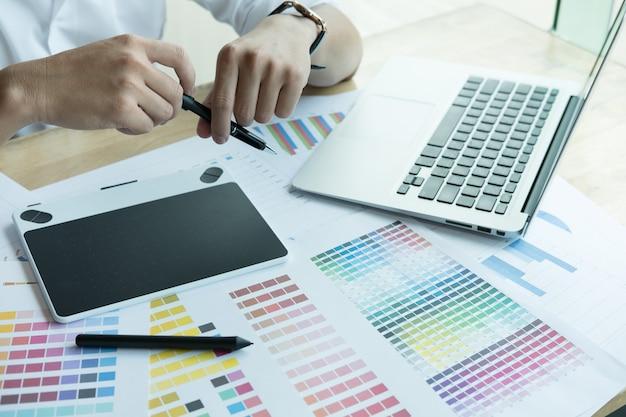 Grafik Współpracujący Z Próbką Komputera I Koloru Premium Zdjęcia