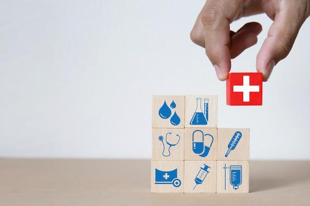 Grafika medyczna i zdrowotna ikony na drewnianych klockach. Premium Zdjęcia