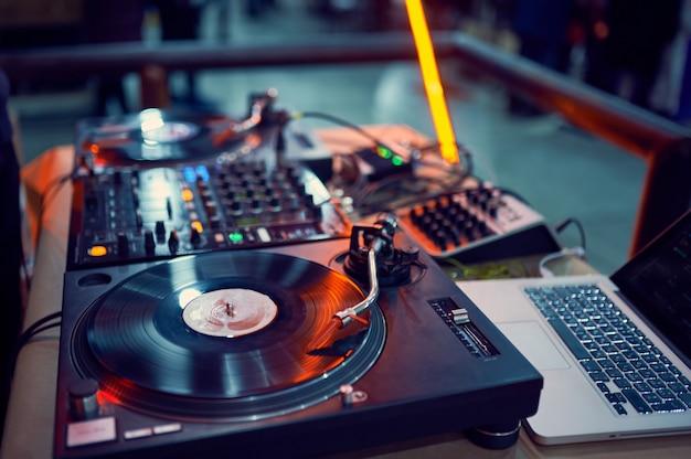 Gramofon, Płyta Winylowa W Nocnym Klubie. Premium Zdjęcia