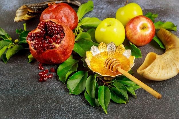 Granat, Jabłka I Miód Na Rosz Ha-szana Lub Jom Kipur Z Rogiem. Premium Zdjęcia