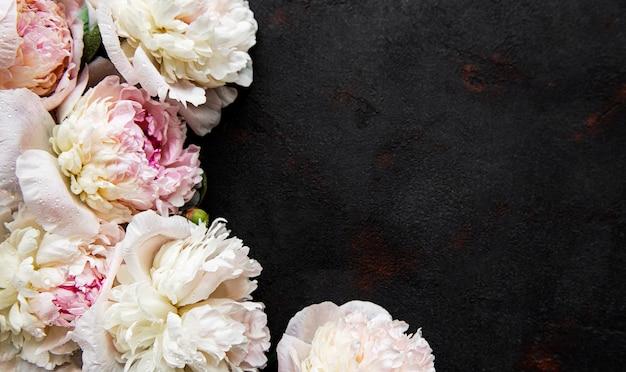 Granicy świeże Różowe Kwiaty Piwonii Z Miejsca Kopiowania Na Czarno Premium Zdjęcia