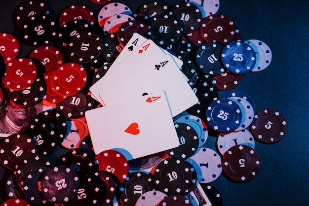 Granie W Pokera, Karty I Pieniądze Z Bliska Premium Zdjęcia
