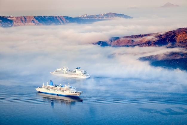 Greckie Wyspy W Porannej Mgle, Santorini, Grecja Premium Zdjęcia