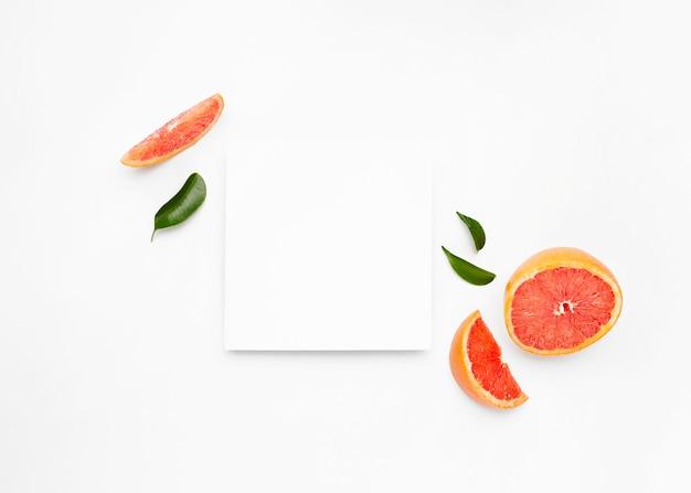 Grejpfrut I Plasterki Z Liśćmi Na Białym Tle Na Białej Powierzchni Darmowe Zdjęcia