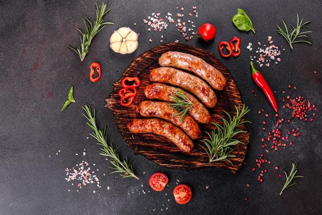 Grillowane Kiełbaski Z Warzywami I Przyprawami Na Czarno Premium Zdjęcia