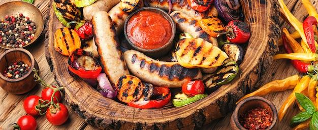 Grillowane Kiełbaski Z Warzywami Premium Zdjęcia