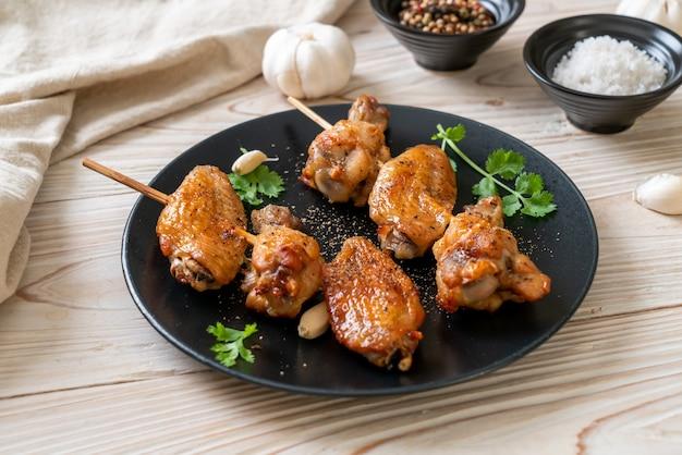 Grillowane Skrzydełka Kurczaka Grillowane Z Pieprzem I Czosnkiem Premium Zdjęcia