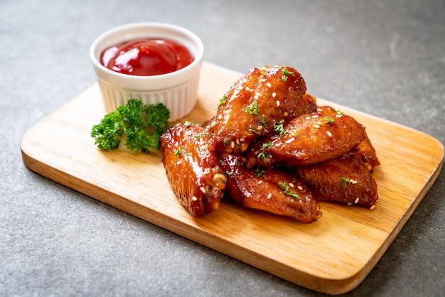 Grillowane skrzydełka z kurczaka z białym sezamem Premium Zdjęcia