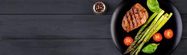 Grillowane Stek Wołowy Z Grilla Ze Szparagami I Pomidorem. Widok Z Góry. Darmowe Zdjęcia