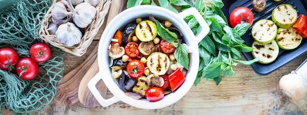 Grillowane Warzywa Na Białej Patelni Ceramicznej Ze Składnikami Na Rustykalnej Powierzchni Darmowe Zdjęcia