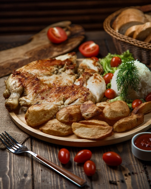 Grillowany Ciecierzyca I Ziemniaki Z Ryżem, Jagodami, Koperkiem I Pomidorem. Darmowe Zdjęcia