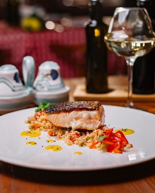 Grillowany Filet Z Ryby Podawany Na Sałatce Z Kuskusem Z Papryką Darmowe Zdjęcia