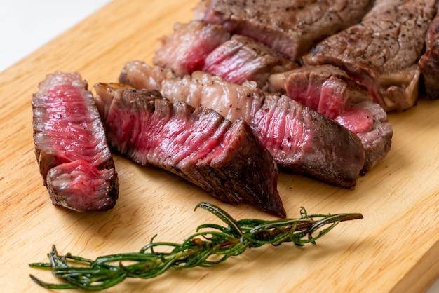 Grillowany średnio rzadki stek wołowy Premium Zdjęcia