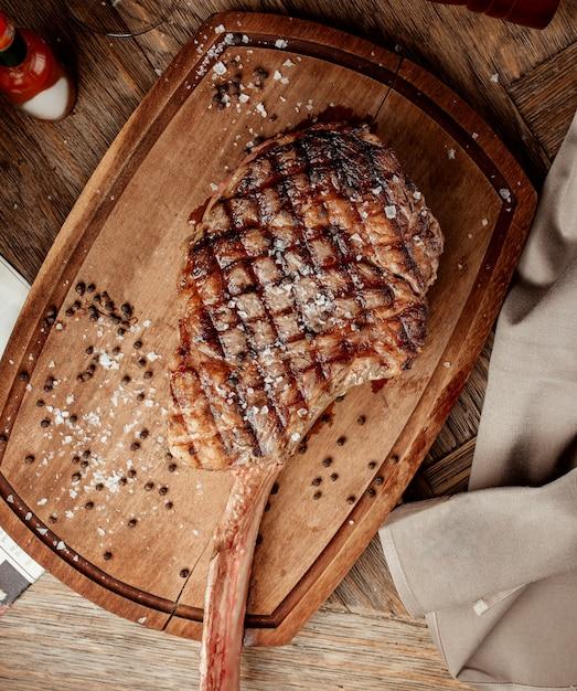 Grillowany Stek Bez Kości Na Drewnianej Desce Darmowe Zdjęcia
