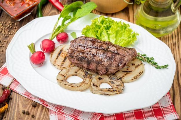 Grillowany Stek I Warzywa Z Grilla Premium Zdjęcia
