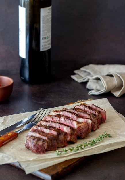 Grillowany Stek Wołowy. Kuchnia Amerykańska. Przepis. Mięso. Premium Zdjęcia