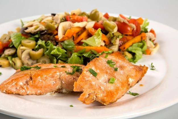 Grillowany Stek Z łososia I Warzywa. Premium Zdjęcia