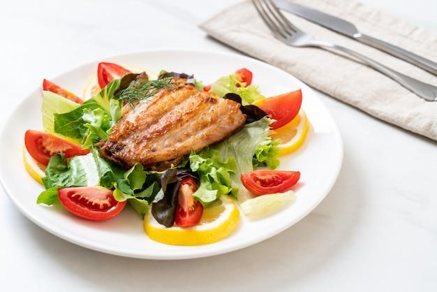 Grillowany Stek Z Lucjanami Premium Zdjęcia