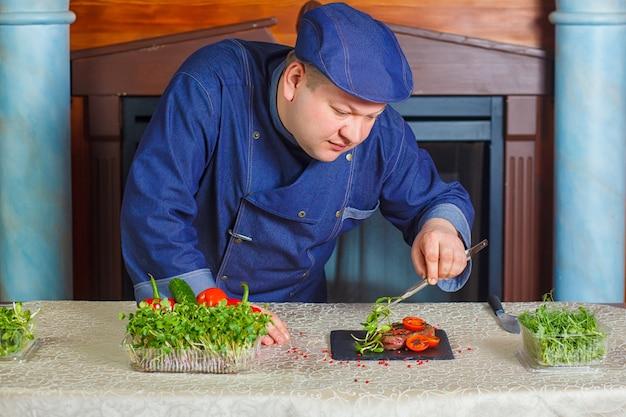 Grillowany Stek Z Mikro-zielenią I Pomidorami Na Czarnym Kwadratowym Talerzu. Premium Zdjęcia
