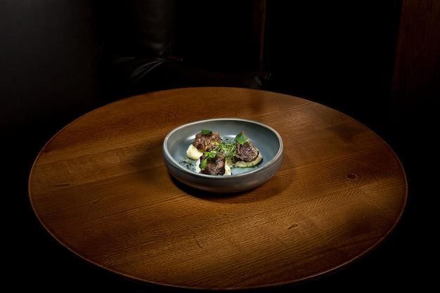 Grillowany Stek Z Puree Warzywnym Na Talerzu Na Drewnianym Stole. Darmowe Zdjęcia