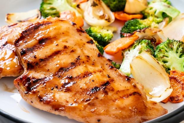 Grilowany stek z kurczaka z warzywami Premium Zdjęcia