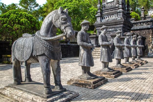 Grobowiec Khai Dinh Z Gwardią Honorową Manadarin W Hue, Wietnam Premium Zdjęcia
