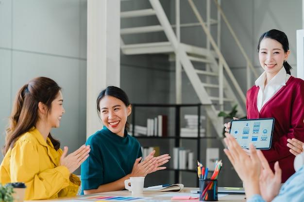 Grupa Azjatyckich Młodych Kreatywnych Ludzi W Eleganckich Strojach Codziennych Dyskutujących O Biznesie świętuje Dając Pięć Po Radzeniu Sobie Z Uczuciem Szczęścia I Podpisaniu Umowy Lub Porozumienia W Biurze. Koncepcja Pracy Zespołowej Współpracownika. Darmowe Zdjęcia