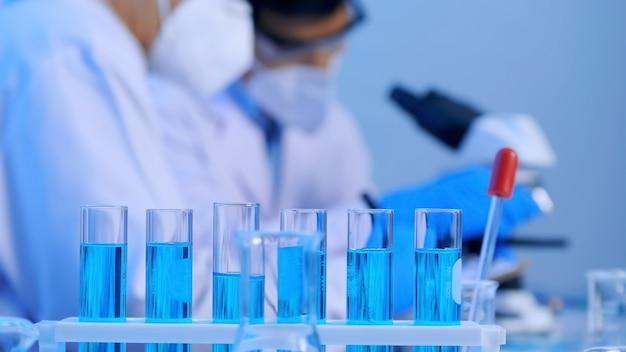Grupa Azjatyckich Naukowców Prowadzących Badania W Laboratorium. Premium Zdjęcia