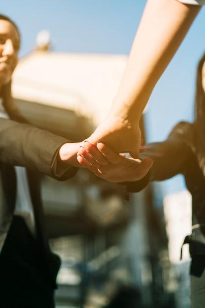 Grupa biznesmeni układa spadkobiercze ręki Darmowe Zdjęcia