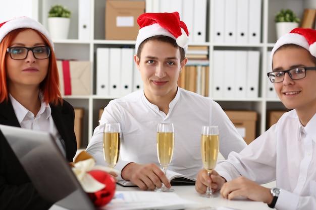 Grupa Biznesmenów świętuje Boże Narodzenie Premium Zdjęcia
